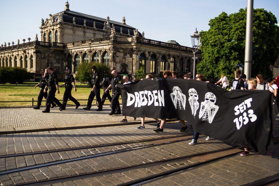 Die Nope Demonstration kommt vom Theaterplatz zum Postplatz um dort gegen Pegida zu Demonstrieren