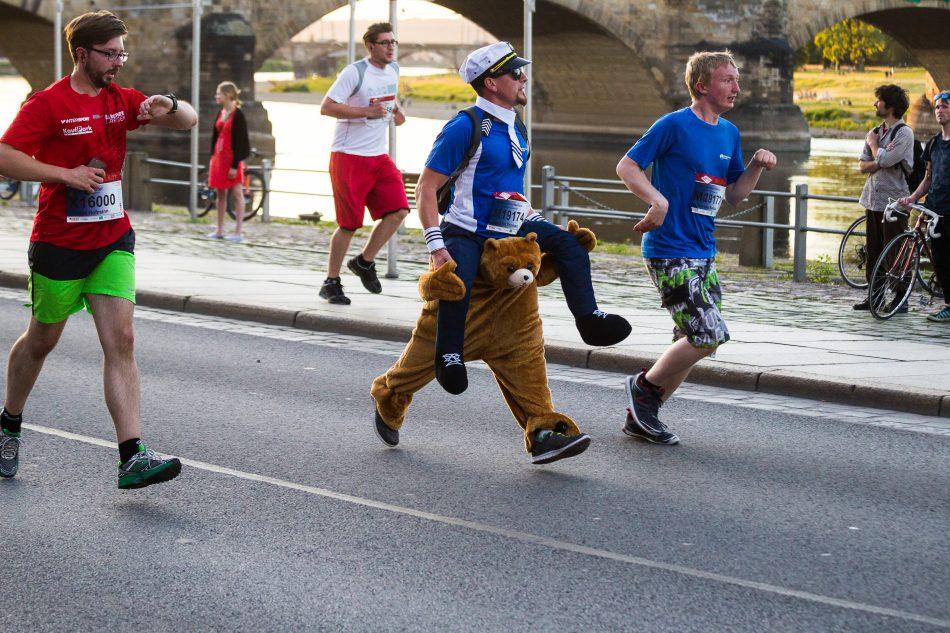 Viele Läufer haben die 5 Kilometer in Spaß Outfits zurück gelegt