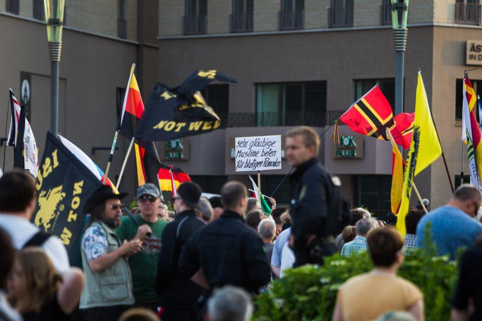 Ein möglicherweise volksverhetzendes Schild bei der Pegida Demo wurde auch nach Hinweißen von der Polizei ignoriert