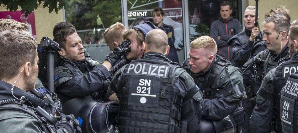 Einige der eingesetzten Beamten gingen relativ rabiat gegen die Gegendemontranten vor