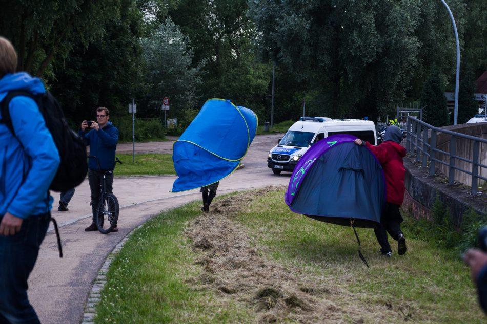 Die Blockade durch die Polizei wurde aufgehoben. Die ersten Teilnehmer nehmen ihre Zelte mit in den Park