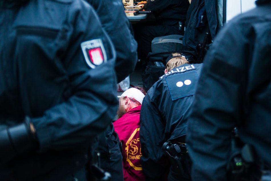 Ein Demonstrant wurde verletzt als er von den Beamten gegen ihr Einsatzfahrzeug geschleudert wurde