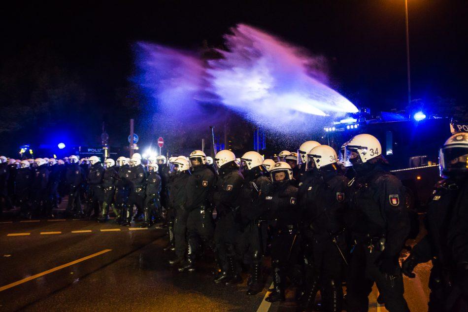 Die Polizei setze Wasserwerfer gegen die Menschen ein