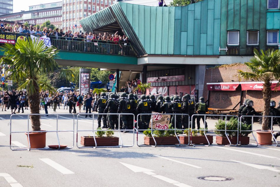 Es wurde nicht nur friedlich Demonstriert, es wurden auch Barrikaden erichtet