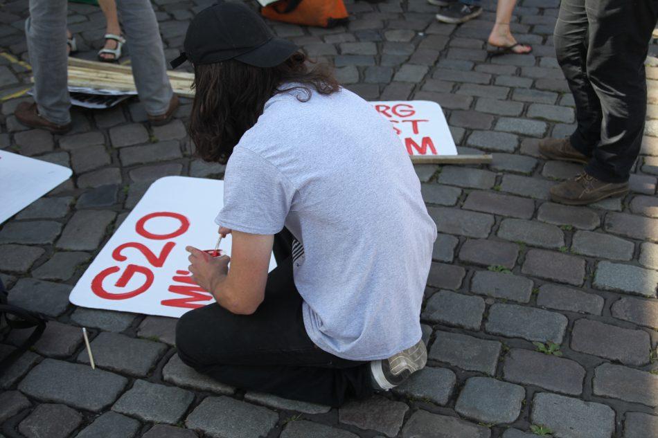 Zu beginn der Welcome to Hell Demonstration gegen den G20 Gipfel in Hamburg wurden noch Schilder gebastelt.