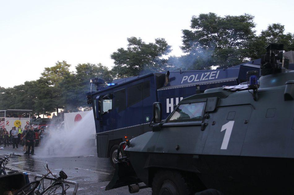 Die Polizei setze Wasserwerfer, Pfefferspray und Schlagstöcke ein