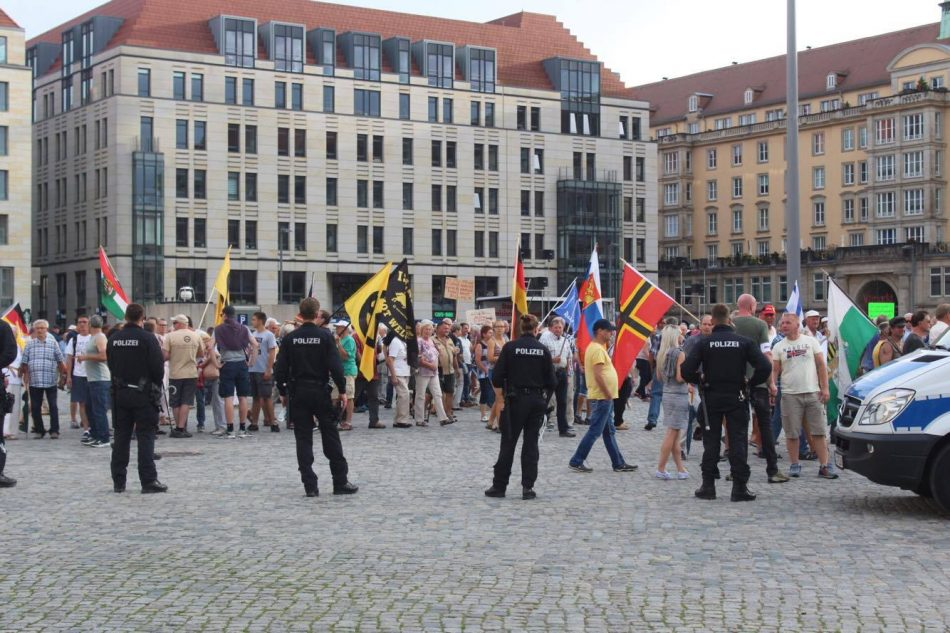 Die Polizei trennte die Teilnehmer von Pegida und der Gegendemo beim Abmarsch