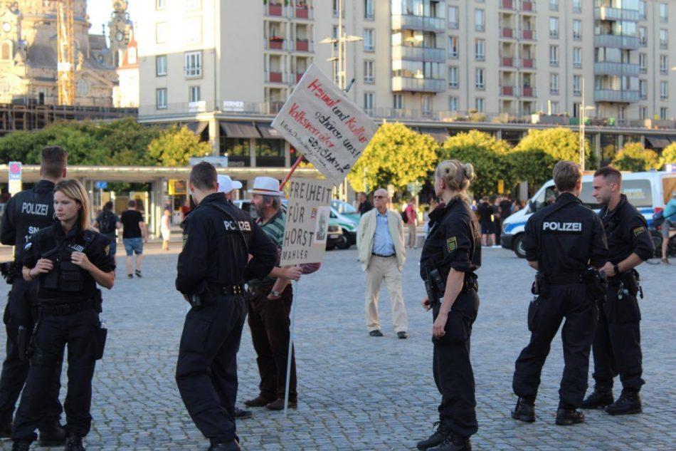 Ein Pegida Teilnehmer fordert Freiheit für den Holocaust Leugner Horst Maler