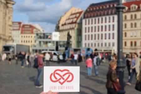 """Die Band """"Letzte Instanz"""" spendierte für die Veranstaltung Postkarten, die an Teilnehmende ausgeteilt wurde."""