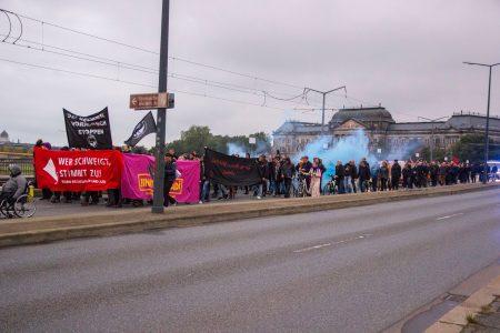 Die Demonstration wird vom Rauch einer gezündeten Rauchbombe umhüllt