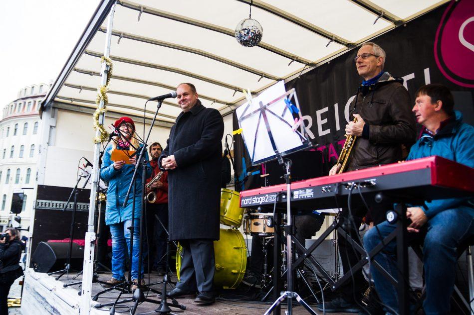 Dirk Hilbert bei der Herz statt Hetze Demonstration auf dem Neumarkt