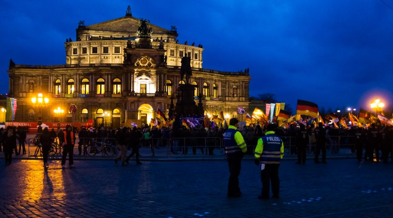 Pegida feiert ihr 3 jähriges Bestehen und Herz statt Hetze demonstriert dagegen