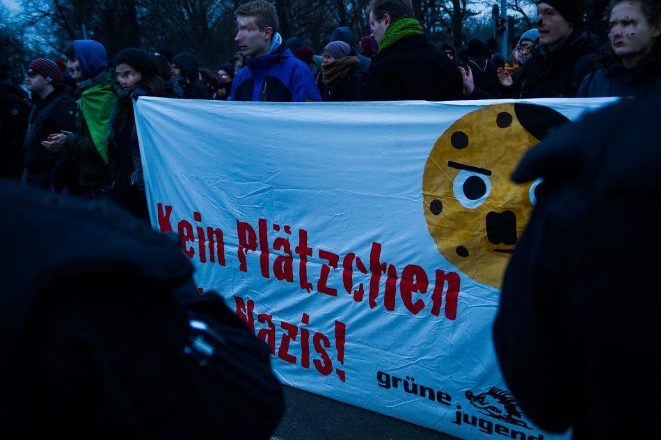 Einer der vielen Gegenproteste an der Strecke der Neo-Nazis