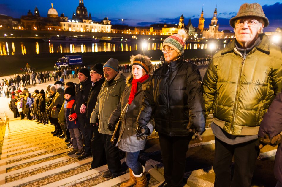 Menschenkette am Königsufer zum 13. Februar 2018 in Dresden