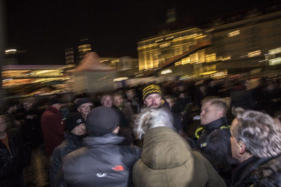 Teilnehmer der AFD Veranstaltung gingen gegen Pressevertreter und Gegendemonstranten vor