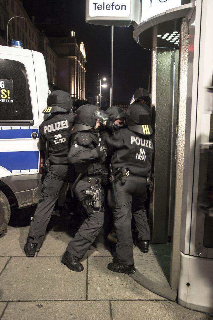 Beamte verhindern den Abzug der Gegendemonstranten