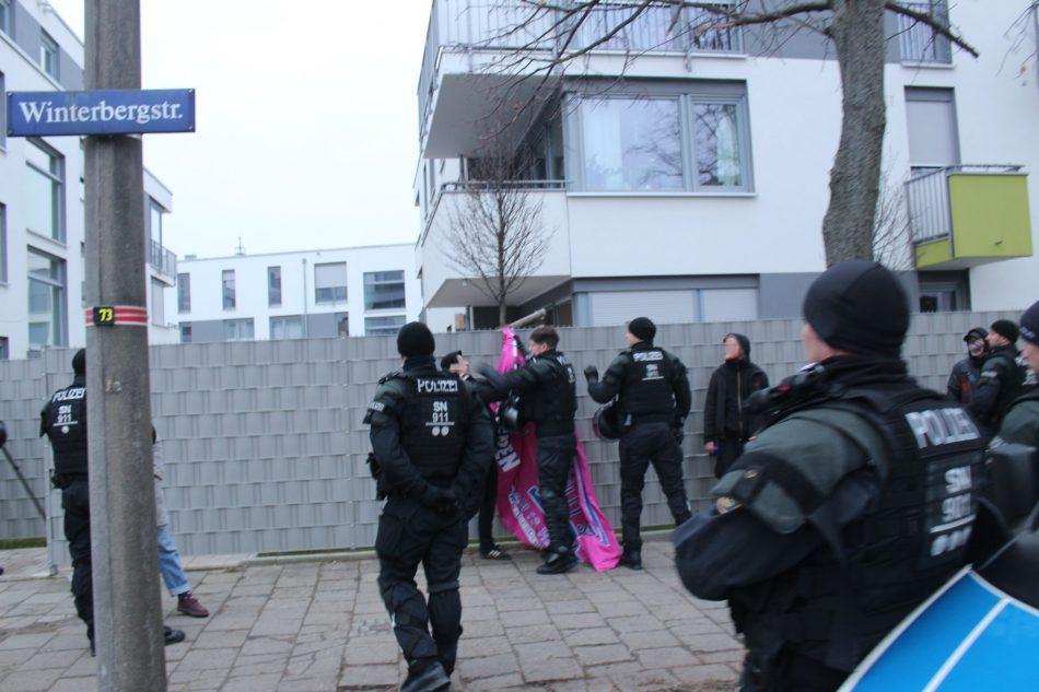 Ein Beamter schlägt einem Gegendemonstranten ins Gesicht