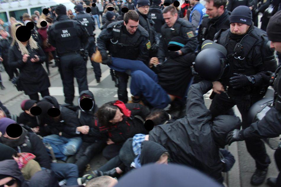 Ungewöhnliches vorgehen der Polizei, sie wirft Menschen in die Blockade