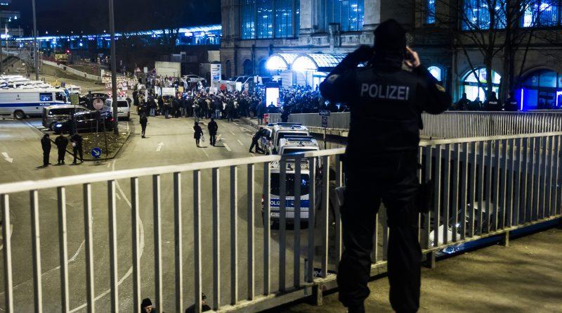 Merkel muss Weg Demonstration am Bahnhof Dammtor