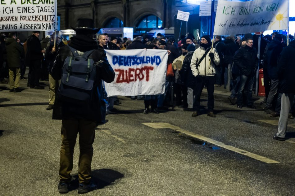 Die Merkel muss weg Demonstration am Bahnhof Dammtor