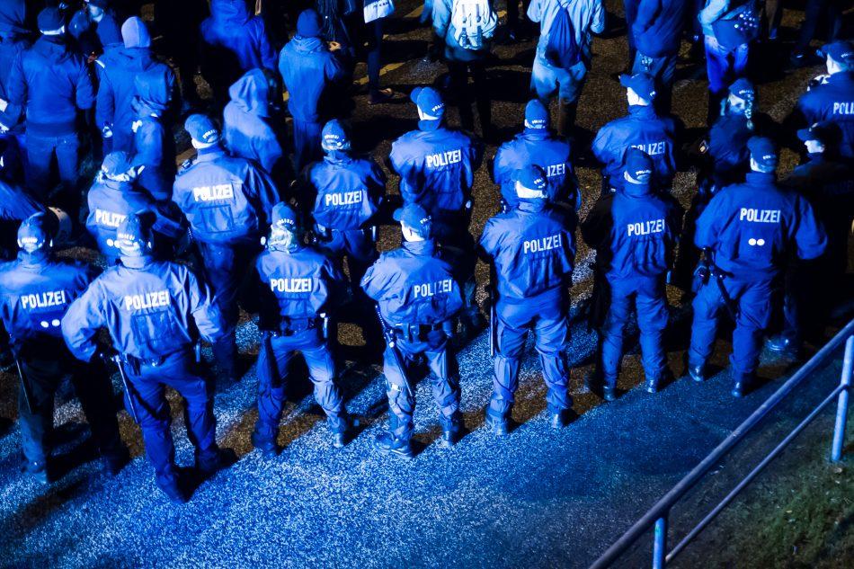 Die Polizei trennte beide Demonstrationen mit einem großen Aufgebot an Kräften