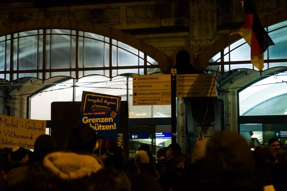 Die Merkel muss weg Demonstration am Bahnhof Dammtor in Hamburg