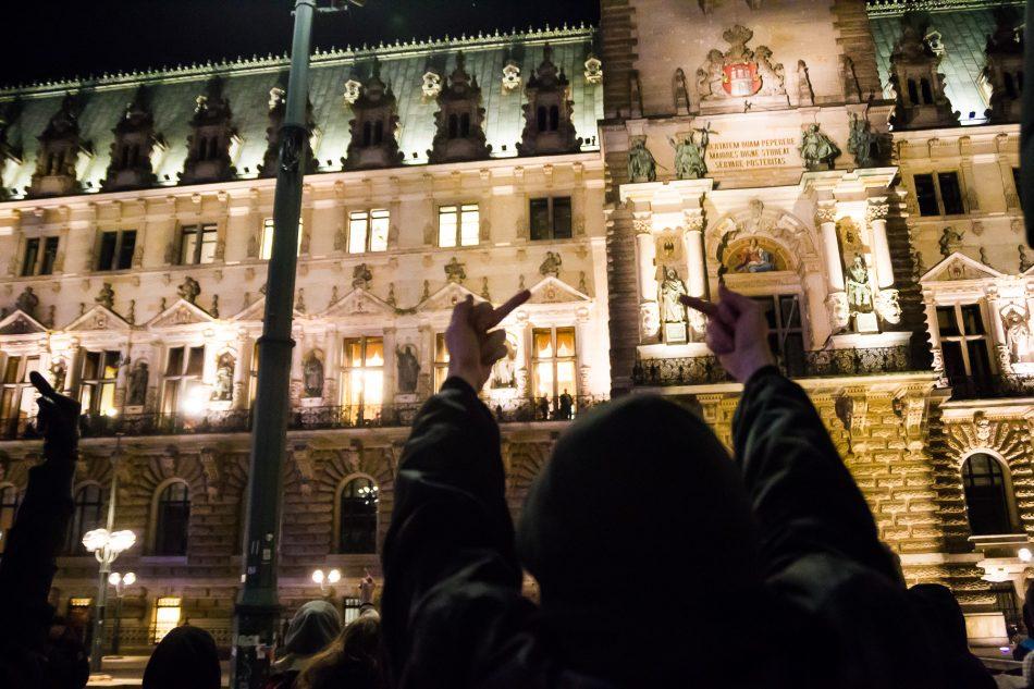 Gegen die Veranstaltung der AFD im Hamburger Rathaus bildete sich widerstand in Form einer lauten Demonstration