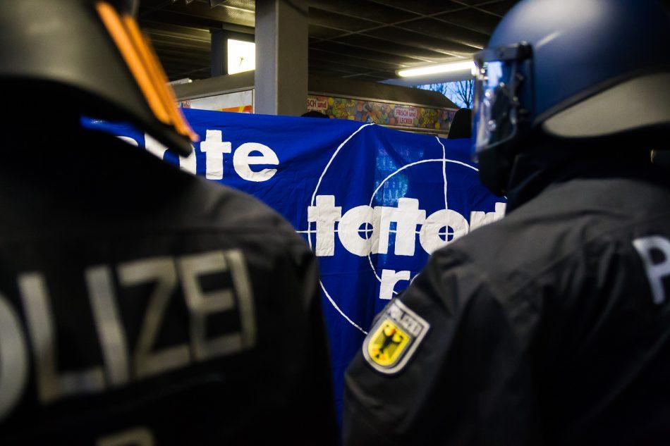 Demonstranten versuchen den Bahnhof Dammtor zu Blockieren