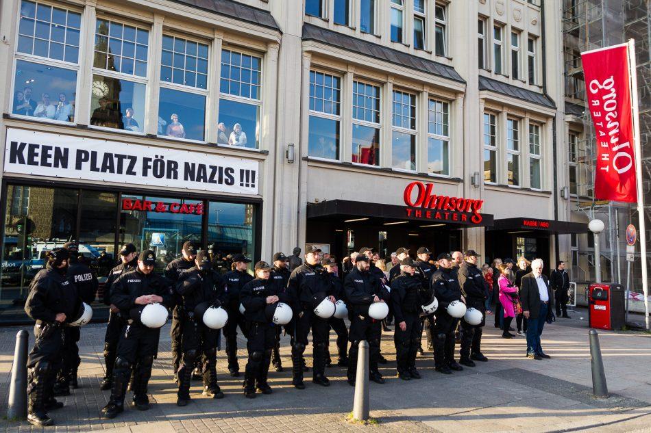 Das Ohnsorg Theater zeigt was es von der Merkel muss weg Kundgebung vor Ihrer Tür hält