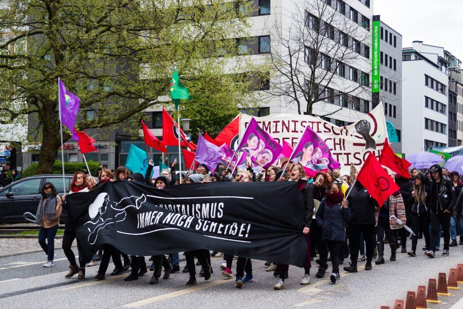 Ein Querer / Feministischer Block führte die Revolutionäre 1. Mai Demo in Hamburg an