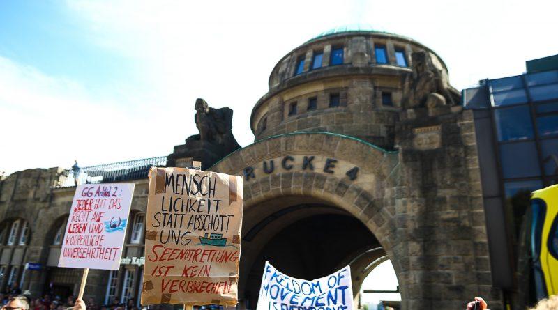 Die Seebrücken Kundgebung an den Landungsbrücken Hamburg
