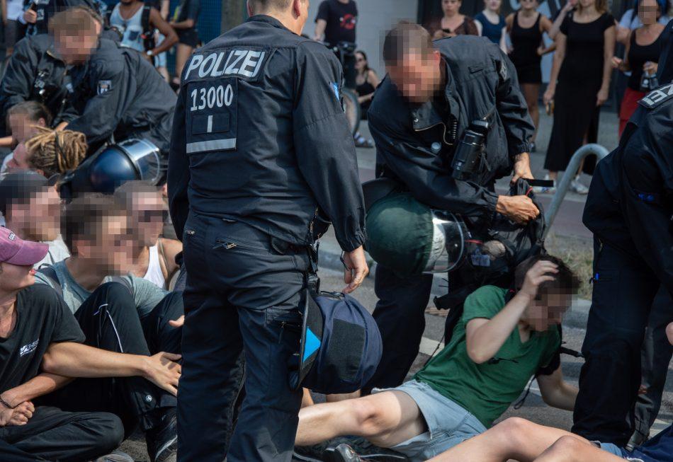 Eine Sitzblockade beim Rudolf Hess Marssch in Berlin
