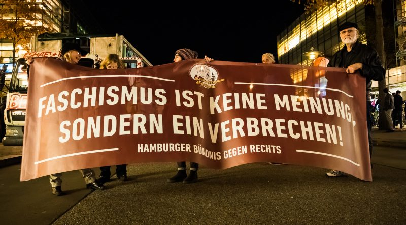 Das Bündnis gegen Rechts demonstrierte am 07.11 in Hamburg gegen die Merkel muss weg Kundgebung