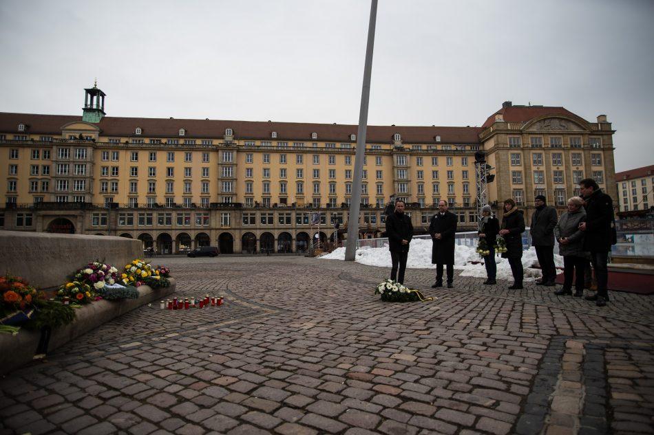 Ob Hilbert am Denkmal auf dem Altmarkt in Dresden am 13. Februar 2019