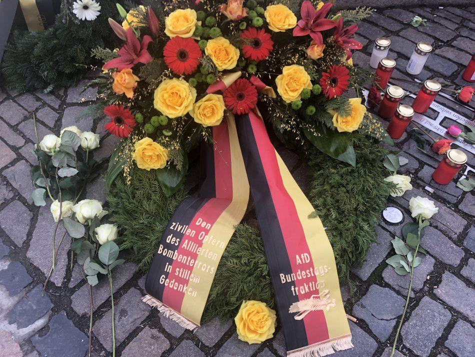 """""""Den zivilen Opfern des Alliierten Bombenterrors im stillen Gedenken""""  Kranz der AFD Bundestagsfraktion"""