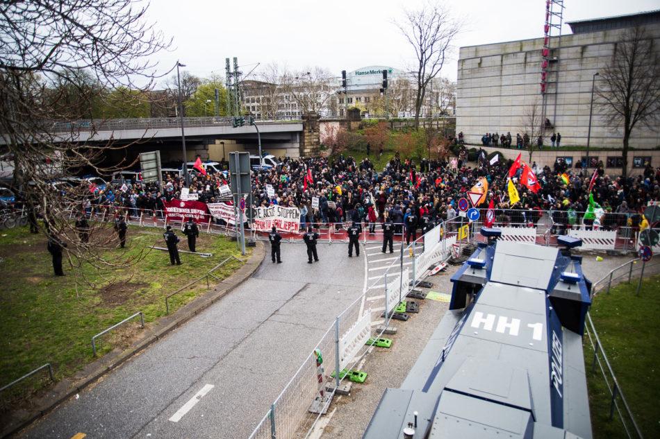 """Im Gegensatz zur """"Michel wach endlich auf"""" Demonstration, ist der Gegenprotest sehr gut Besucht"""