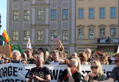 Tausende demonstrieren friedlich gegen PEGIDA in Dresden