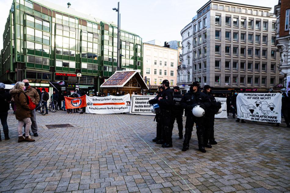 Am Gänsemarkt versammelt sich einige Hundert Menschen um gegen die Querdenker zu Demonstrieren