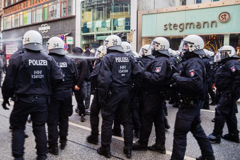 Die Polizei setze auch Pfefferspray gegen die Gegendemonstranten ein