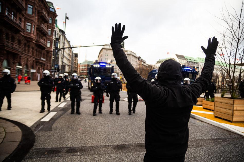Gegendemonstrant vor Polizei bei Querdenken Demo in Hamburg