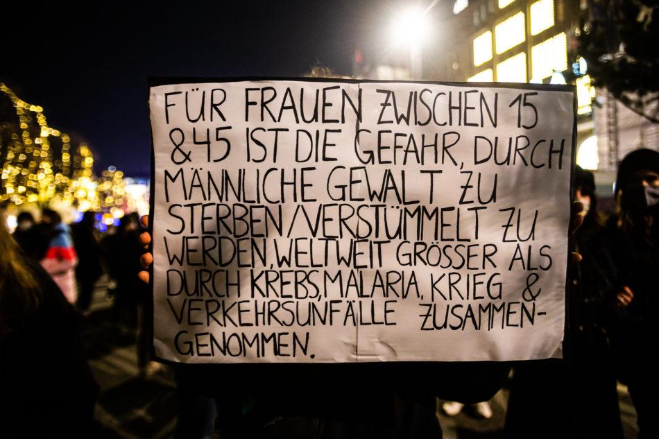 Eines der vielen Schilder zum Thema Gewalt gegen Frauen bei der Flint Demonstration in Hamburg