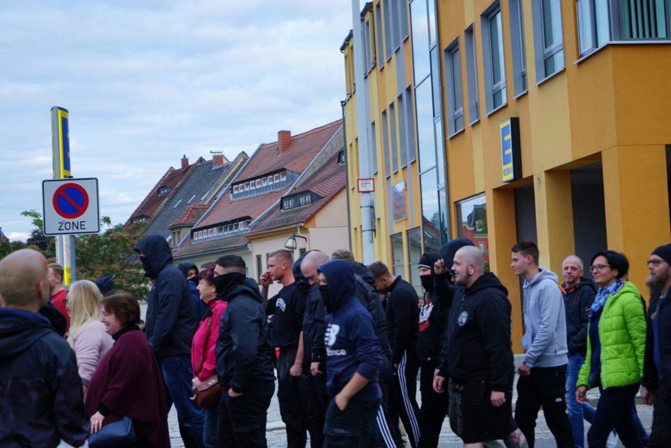 Die Teilnehmer der Querdenker Demonstration trugen keinen Mundschutz, dafür vermummten sich einige der Neonazis, was sie recht leicht zu erkennen machte