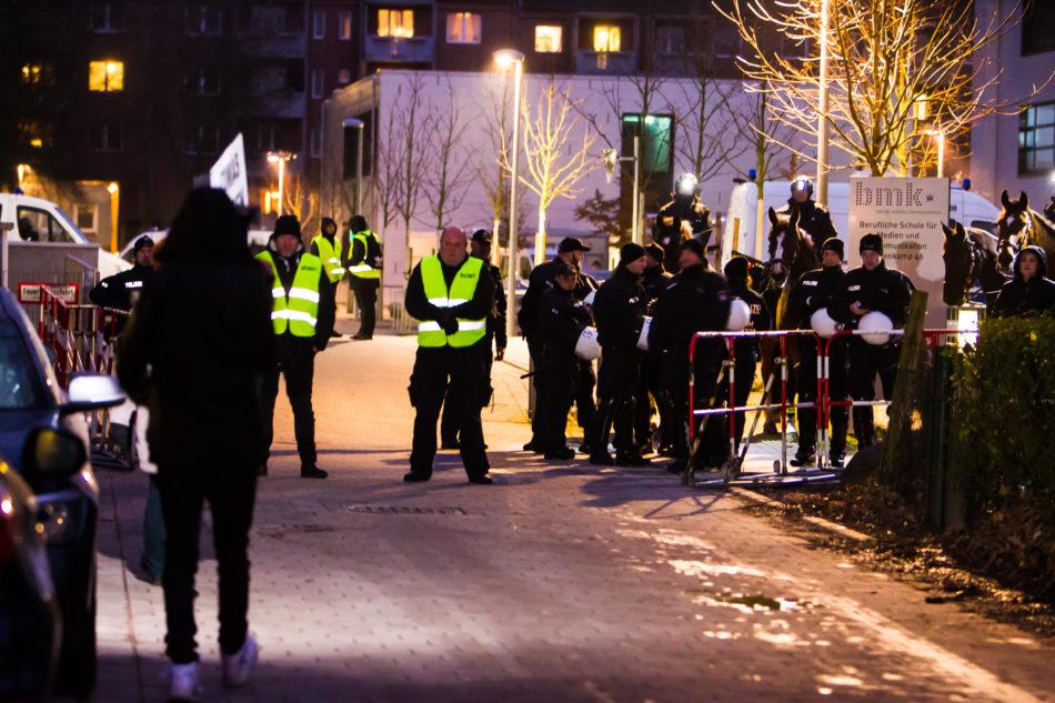 Die Polizei und ein Sicherheitsdienst schirmten die Schule ab