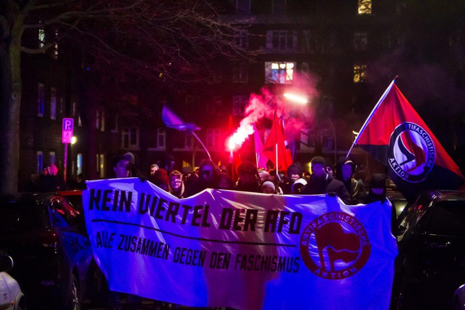 Eine zweite Demo startete an der S-Bahn Friedrichsberg. Zu sehen hier die Demo mit Fronttransparent und Bengalos