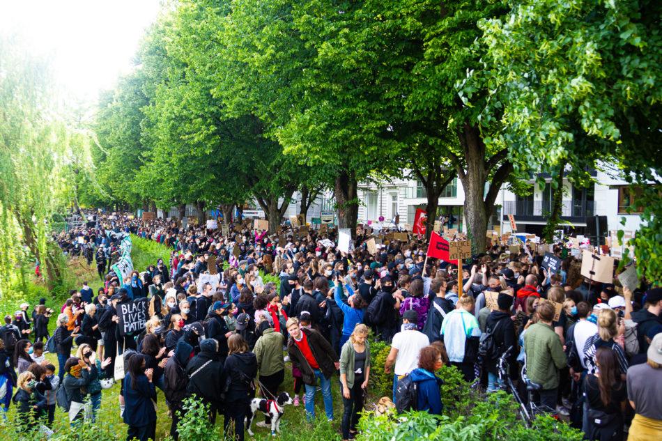 Die Polizei hatte nur 250 Teilnehmer erlaubt, gekommen sind tausende.