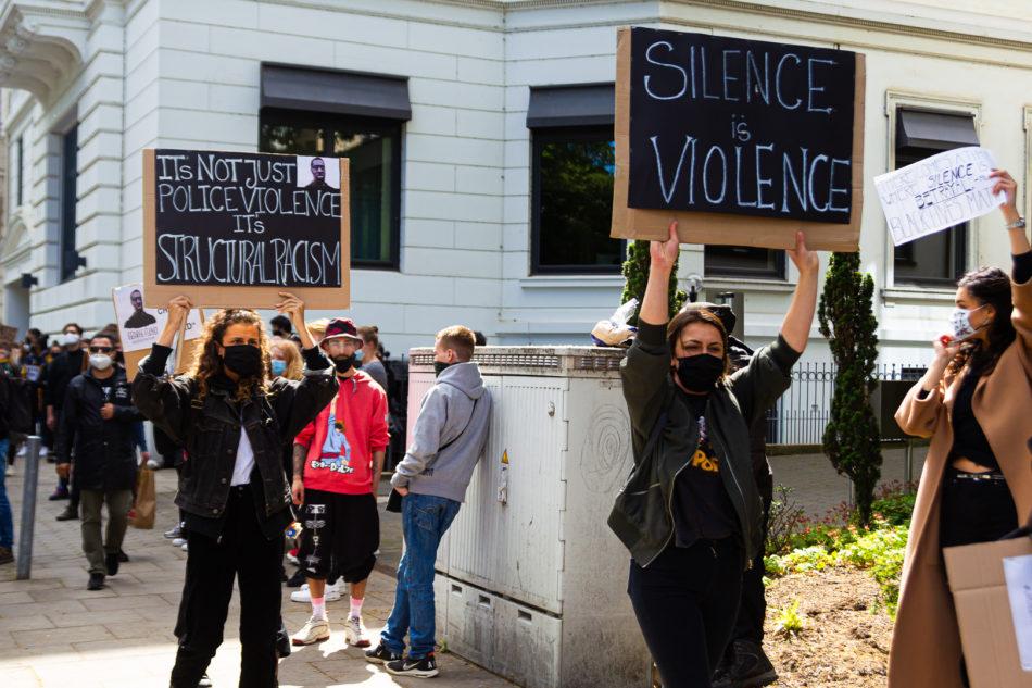 Sehr viele Teilnehmer haben ihre Botschaft per Schildern deutlich gemacht