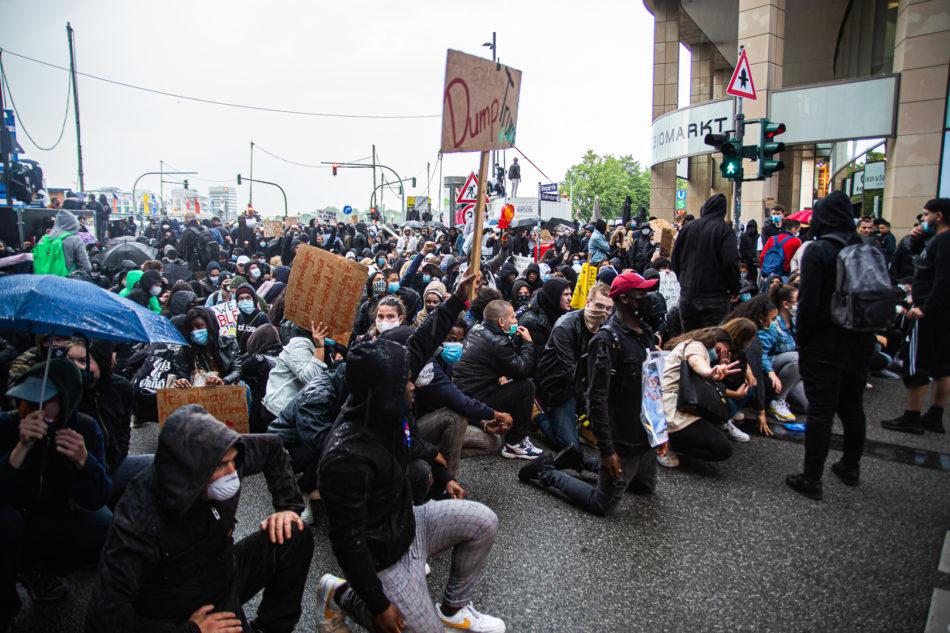 Immer wieder Knieten sich die Menschen hin um der Polizei zu zeigen das sie friedlich sind