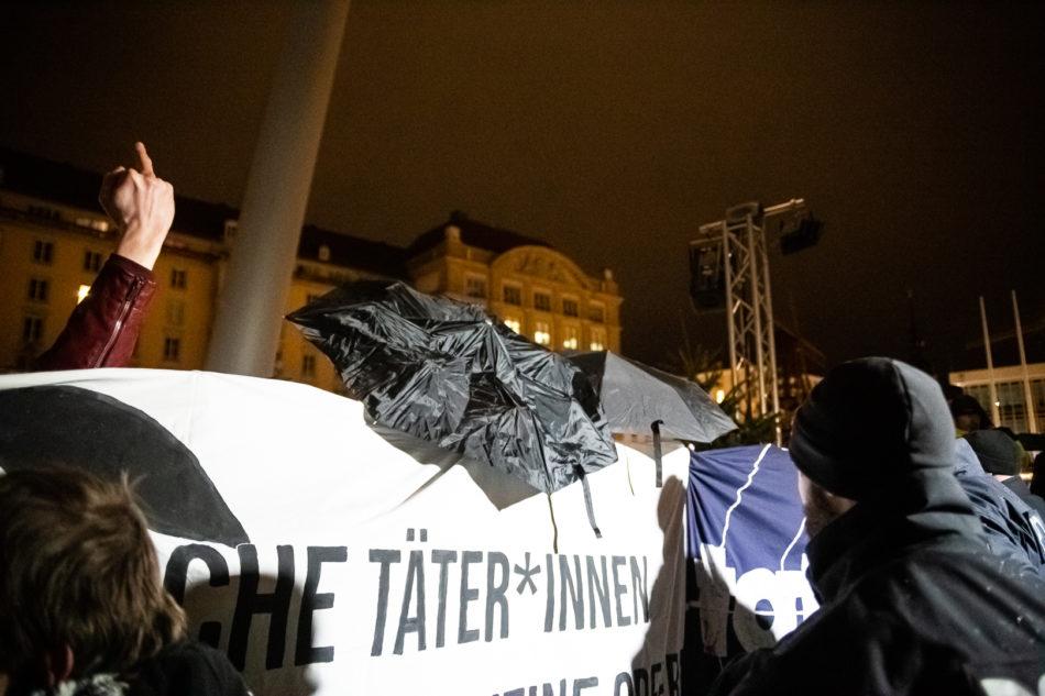 Ein Teilnehmer der Demonstration stört sich daran das sie abgefilmt werden