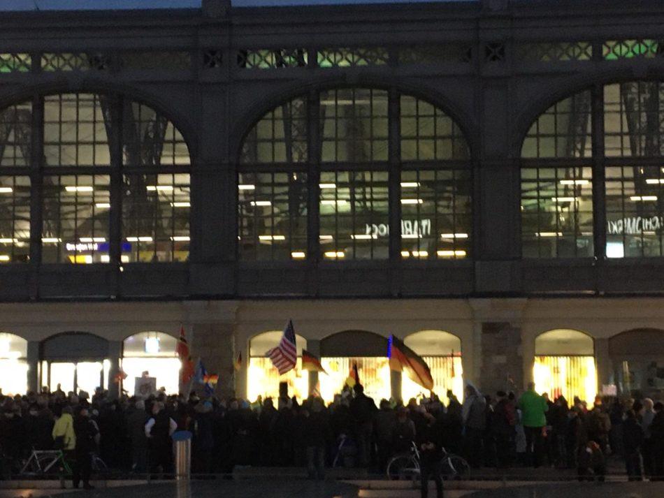 Auch zu einem späterem Zeitpunkt standen die Pegida Teilnehmer in Dresden weiterhin dicht an dicht.