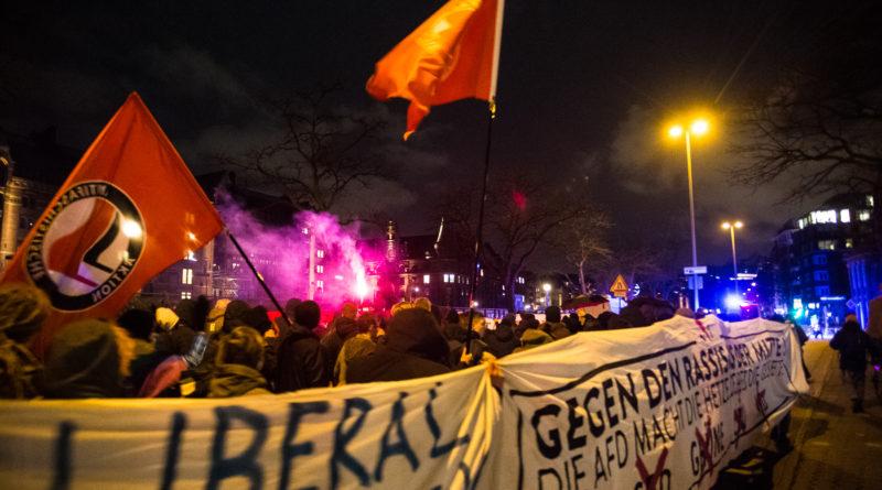 Ein Bengalo bei der Demonstration gegen die FDP in Hamburg